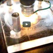 Transparenter Zylinderkopf Davon haben sicher schon viele Rollerfahrer geträumt: ein Zylinderkopf, der den Verbrennungsprozess des 2-Takt-Gemischs zeigt.