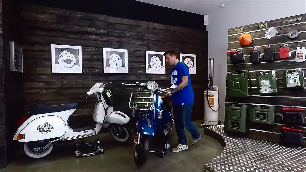 Roller Rangierhilfe mit blauer Vespa PX