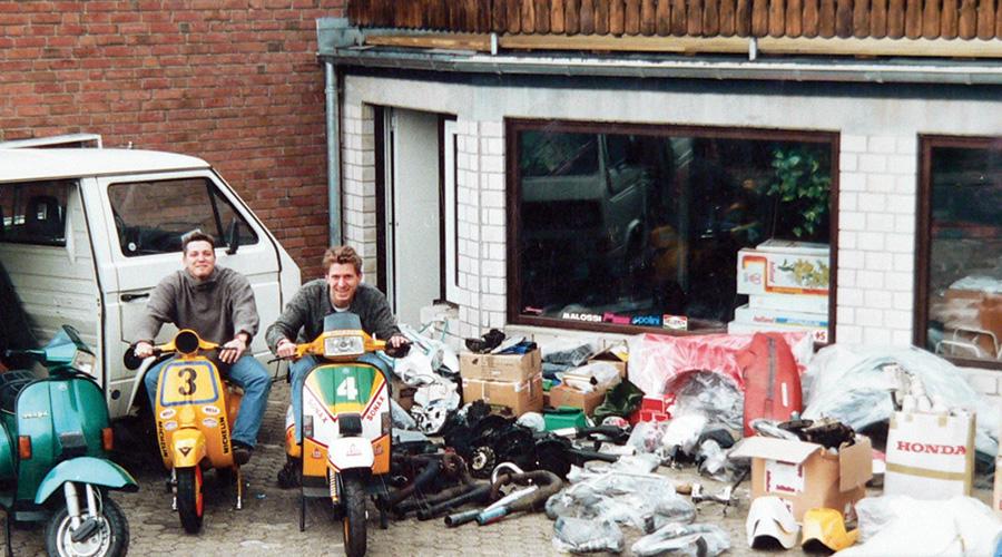 Olive Kluger und Ulf Schröder vor dem alten Scooter Center laden in Bergheim Glessen