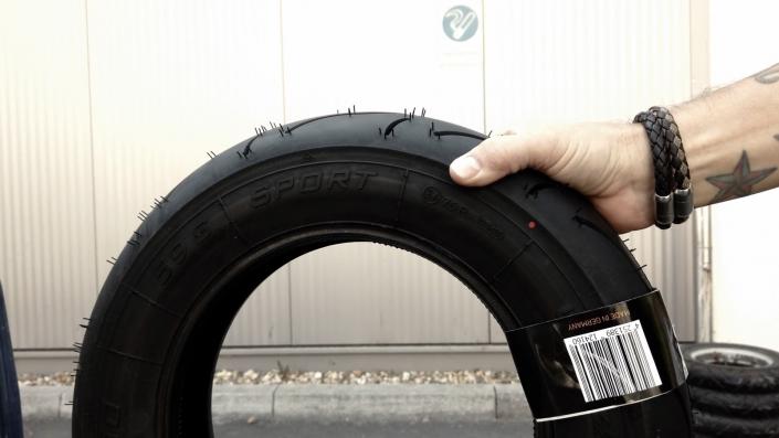 der bgm PRO SPORT Reifen in der Hand