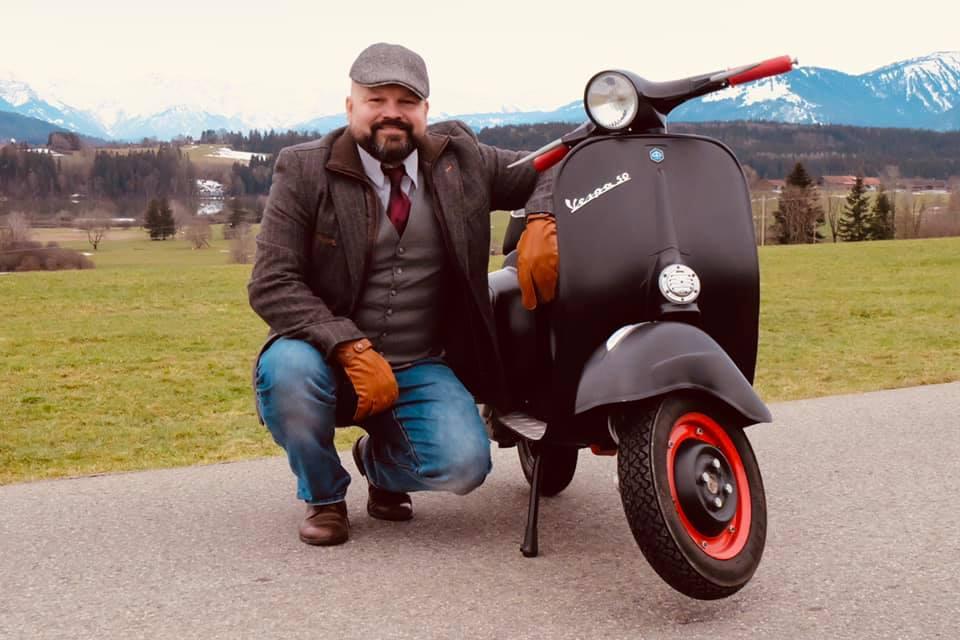 Vespa Gentleman Giro Markus Mayer mit 50cc Vespa und Anzug