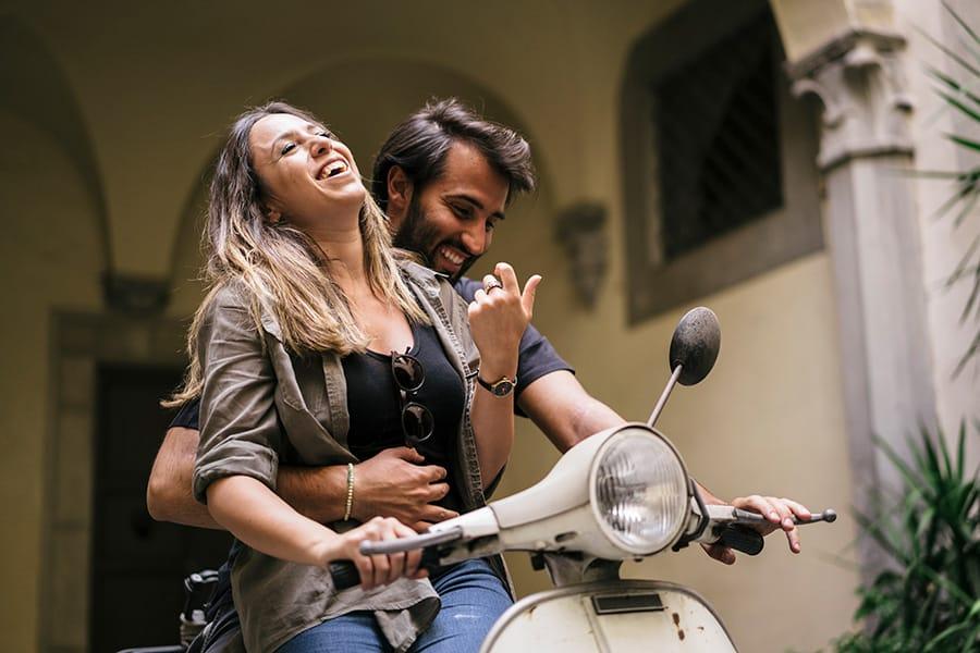 Italienisches Paar auf Vespa