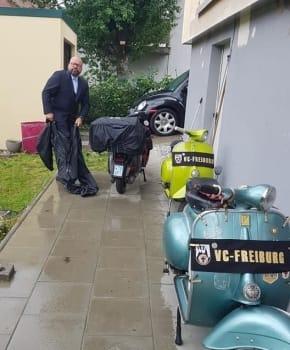 vespa-tour-im-regen-anzug-schuetzen-vor-regen