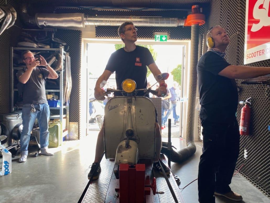 Alex und Uwe mit einem Rohrlenker ACMA auf dem Leistungsprüfstand